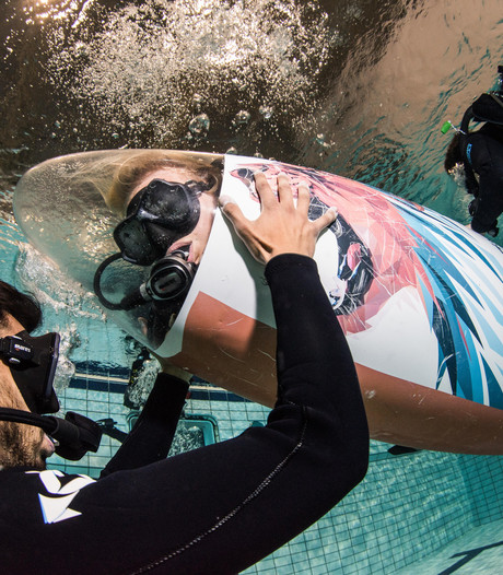 Sleutelen aan onderzeeër in zwembad Sportboulevard