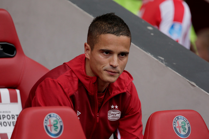 Ibrahim Afellay op de bank van PSV.