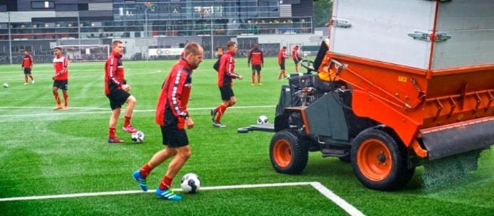Vlak voordat de eerste training van FC Oss begon, werden er nog rubberen korrels op het veld gestrooid.