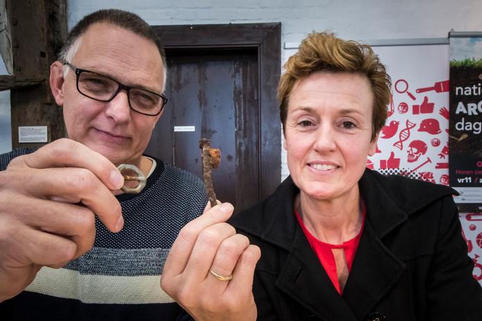 Marion Maseland laat haar vondsten zien aan Bert Sluijer van de afdeling Twente van de Archeologische Werkgroep Nederland tijdens een determinatiemiddag in museum Palthehuis in Oldenzaal.