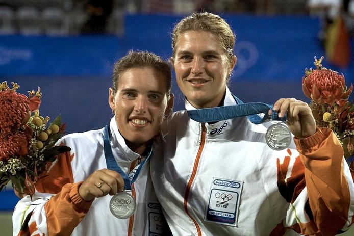 Miriam Oremans (L) en Kristie Boogert hebben in het vrouwendubbel op de Olympische Spelen in 2000 zilver veroverd.