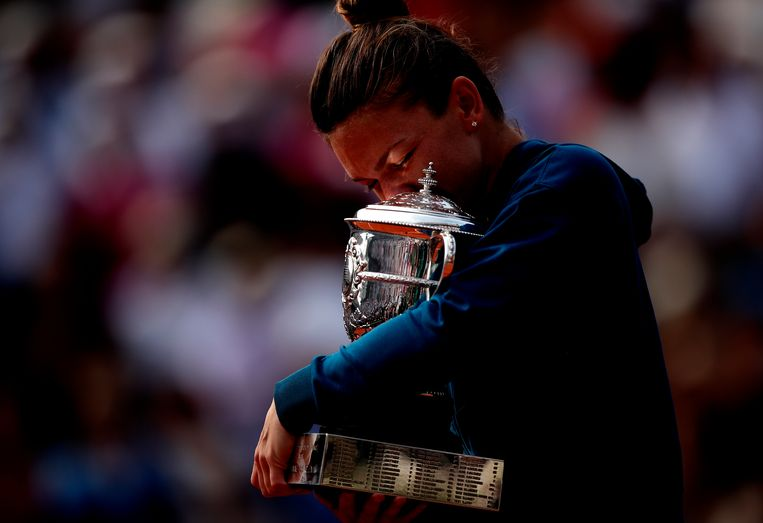 Simona Halep uit Roemenië omarmt de beker na het winnen van de finale van Roland Garros. Beeld EPA