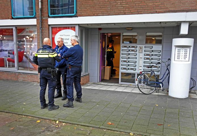 Aan de Kasteel Traverse in Helmond is donderdag 23 november een politieagent gewond geraakt. De agent werd tijdens zijn werk in een woning in de hals gestoken. De man is per ambulance naar het ziekenhuis vervoerd.