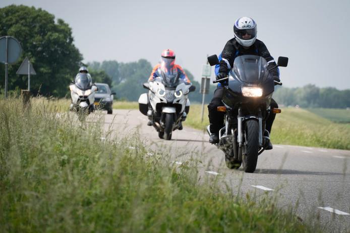 Motorrijders op de dijk bij Angeren.