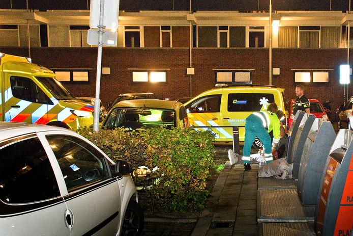 Een ambulancemedewerker ontfermt zich over één van de gewonden van de schietpartij in Sliedrecht.