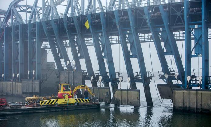 Rijkswaterstaat bekijkt met onderwatercamera's de schade aan de stuw van de John S. Thompsonbrug bij Grave, die beschadigd raakte toen er een schip tegenaan voer.