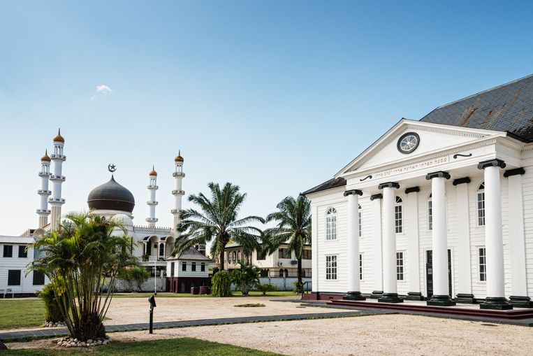 De moskee en de synagoge liggen in Paramaribo vlak bij elkaar. Minister Blok noemde Suriname een failed state en weet dit onder meer aan de etnische opdeling van het land. Beeld Hollandse Hoogte / Laif