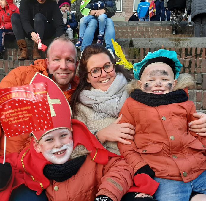 Gezellig met het hele gezin naar de intocht in Gorinchem. James (7) en Mason (2) maakten er een gezellige ochtend van met papa en mama.