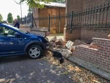 Automobilist rijdt gat in muur rondom H.H. Ewaldenkerk aan Drutense Markt