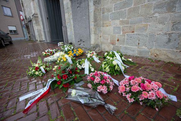 Tal van kransen werden ter ere van de jongen aan kerk neergelegd.