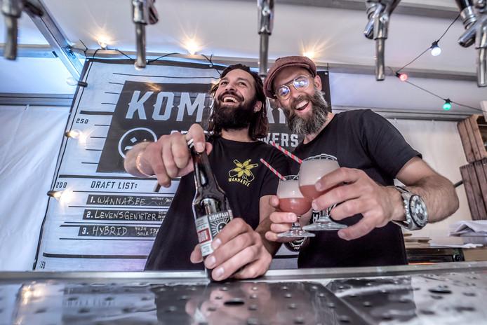 Chris Moreno en Perry Dekker hebben het naar hun zin op het Nederlands Bierproeffestival.