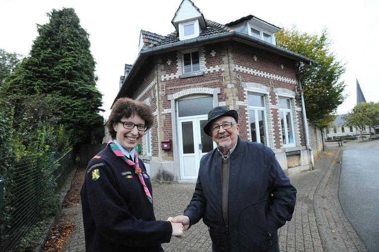 Groepsleidster van de meisjesscouts Els Verschaeren en Willy Vankeirsbilck van de Kerkfabriek.