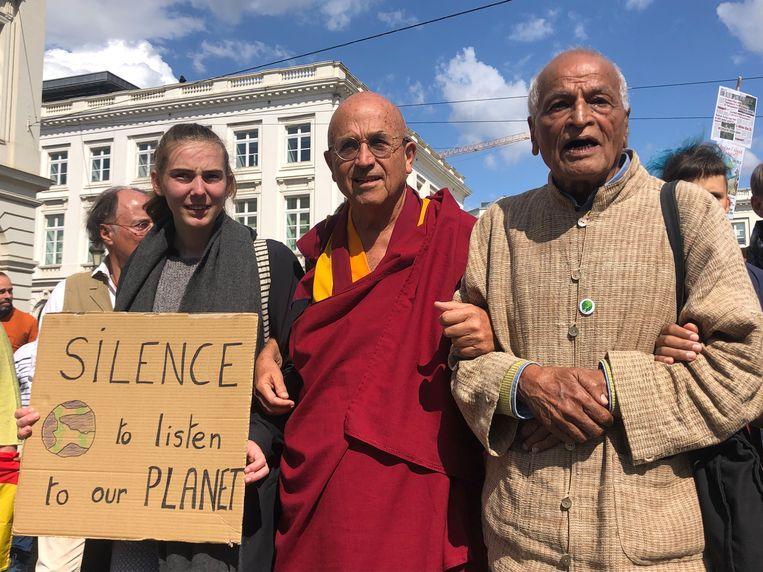 2.000 mensen mediteren en stappen mee in stille mars voor vrede en klimaat.