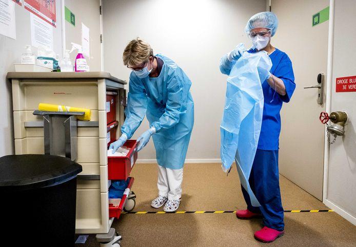 Ter illustratie: zorgpersoneel kleedt zich om.