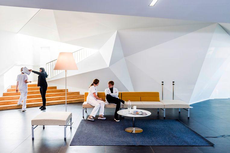 Het gebouw wist de filmmakers met zowel de abstracte buitenkant (geheel boven) als het interieur (boven) te charmeren.