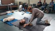 Inwoners 'hartveilige' gemeente leren reanimeren en defibrilleren