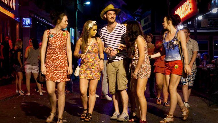 Nederlandse jongeren op vakantie in Griekenland keren terug naar hun hotel. Beeld anp