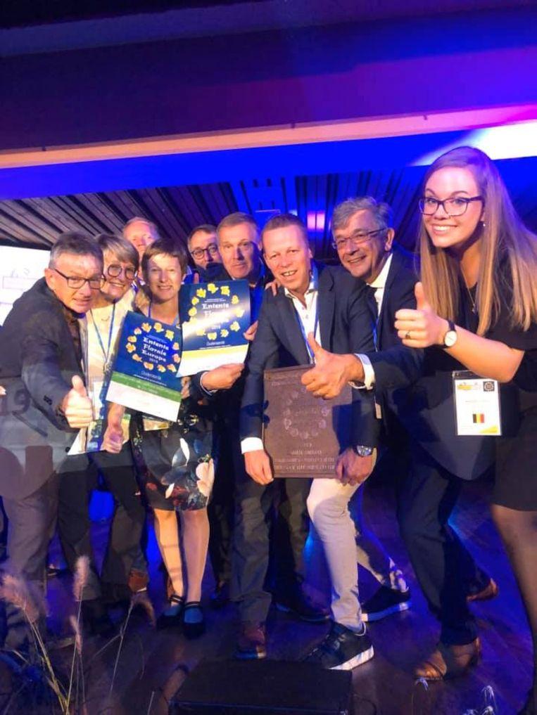 De Oudenaardse delegatie poseert in Oostenrijk trots met het behaalde goud.