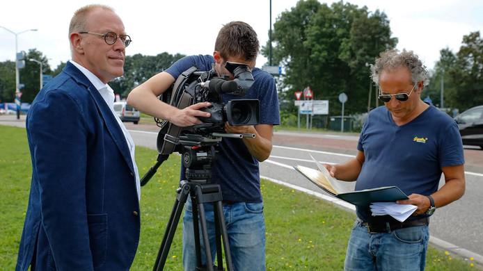 Presentator André van der Toorn (rechts) loopt het draaiboek nog maar eens door voordat hij begint aan het interview met verkeersdeskundige Ruud Hornman van de NHTV in Breda.