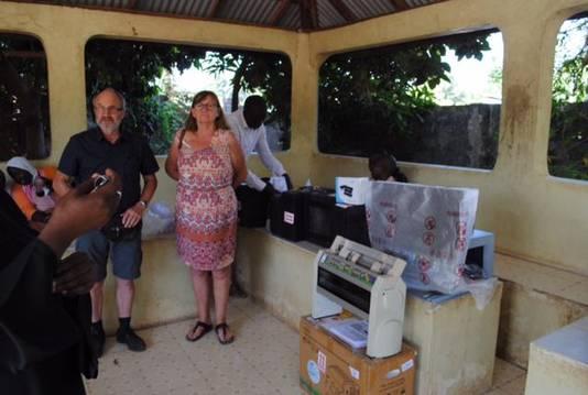 Michel tijdens zijn bezoek aan de blindenschool in Gambia. Hij schonk hen aangepast didactisch materiaal
