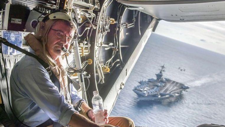 De Amerikaanse minister van Defensie donderdag boven de Zuid-Chinese Zee met het vliegdekschip Theodore Roosevelt. Beeld reuters