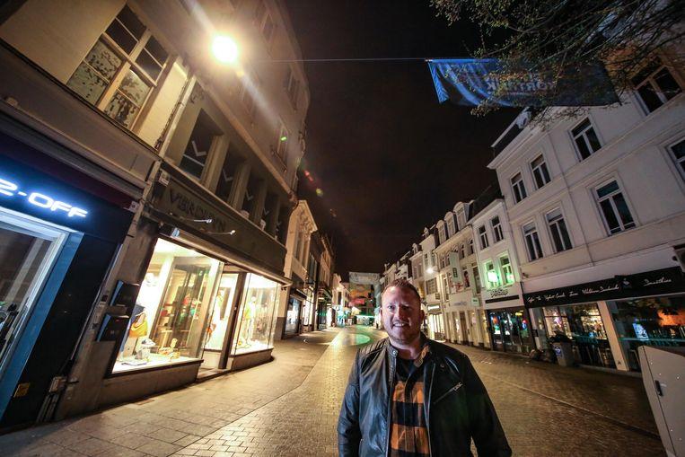 Schepen Axel Weydts bij de nieuwe ledverlichting, op de hoek van de Lange en Korte Steenstraat.