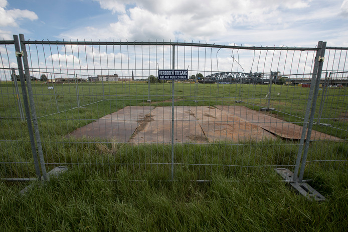 In een weiland vlakbij de Oude IJsselbrug in Zutphen liggen de resten van een V1 met bijna 1.000 kilo springstof aan boord. De EOD gaat het onbemande straalvliegtuig volgende maand ruimen.