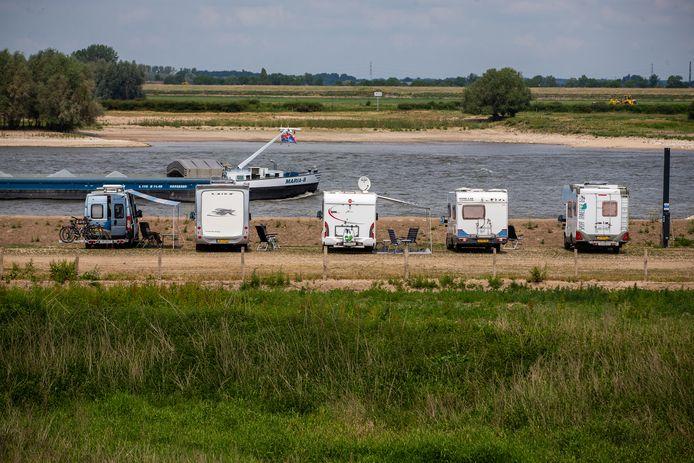 Campers op de Veerdam in Druten.