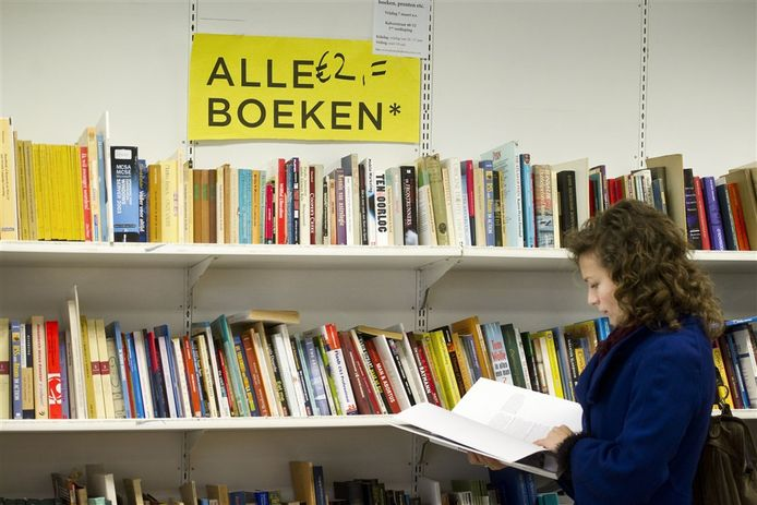 Een vrouw bladert door een boek. (foto ter illustratie)