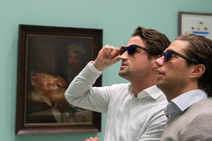 Met een speciale bril kunnen bezoekers, die kleurenblind zijn, kunst toch helder en met levensechte kleuren zien in het Centraal Museum.