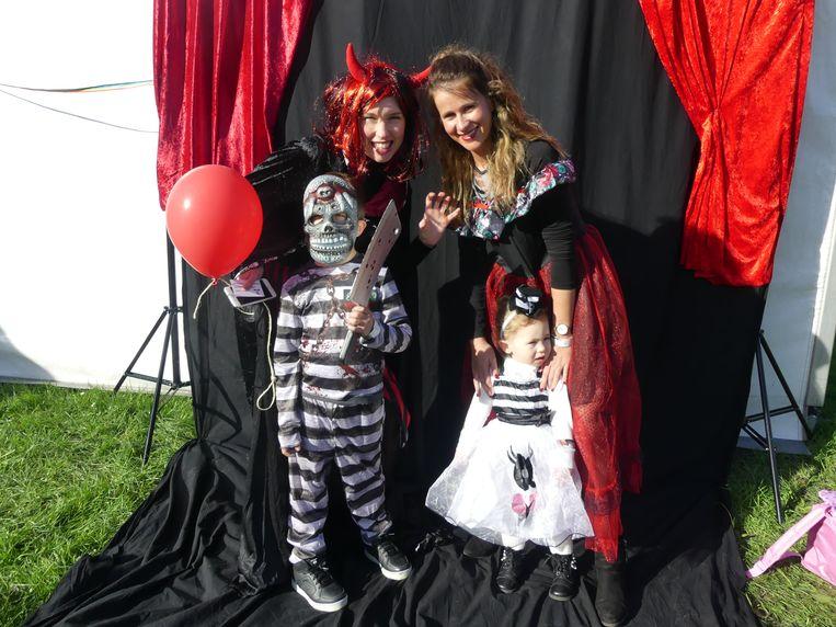 Ann met haar zoon Lion en Nikita met haar dochter Estelle.