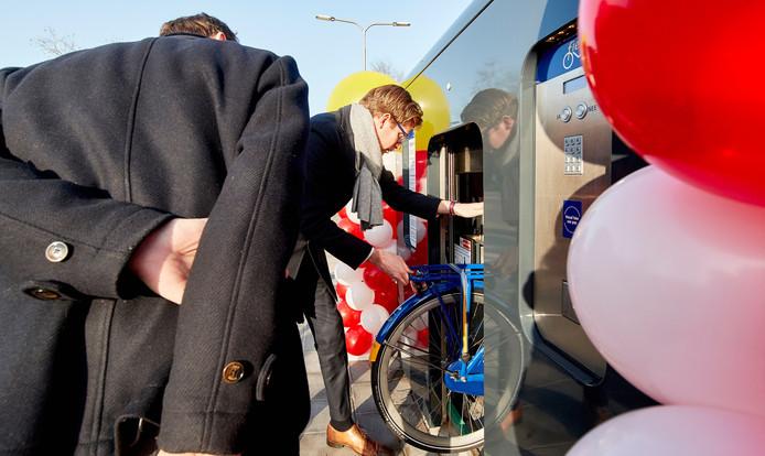 Opening fietscarrousel station Tilburg universiteit.