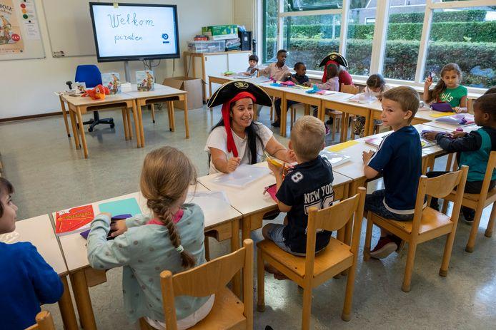 De jonge piraten krijgen les van juf Esma.