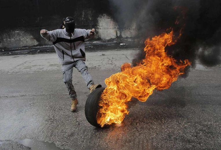 Bij het Palestijnse dorp Abu Dis bij Jeruzalem braken rellen uit na de dood vandaag van een Palestijnse buschauffeur. Beeld reuters