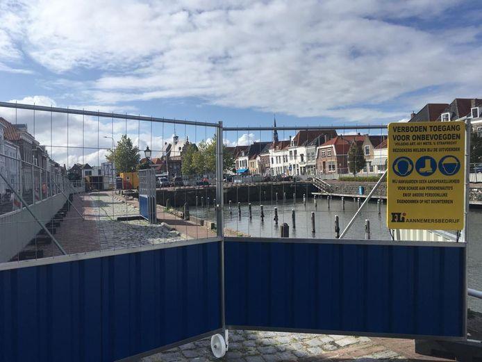 De haven van Brouwershaven is leeg en de kades zijn afgezet