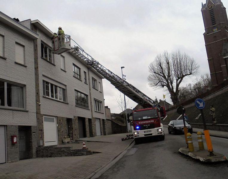 In Onkerzele dreigde de dakgoot van een appartementsgebouw los te komen.
