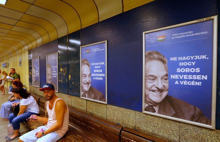 Een Hongaarse poster met daarop George Soros en de tekst 'Laat George Soros niet het laatst lachen.'  Beeld REUTERS