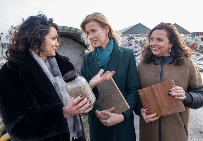 Staatssecretaris Mona Keijzer (midden) bracht in januari vorig jaar een bezoek aan Demacq. Links oud-directielid Alla Swets (links) en rechts huidig directeur Cora Burger.