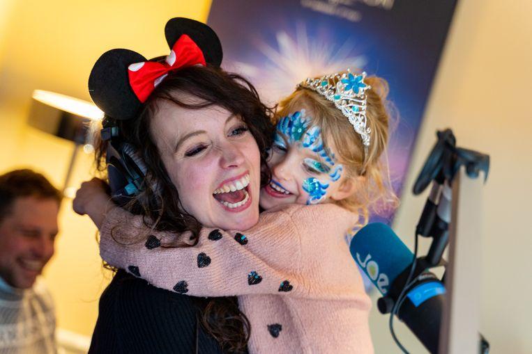 Terwijl mama Anke volop radio aan het maken was, liet dochter Lou zich omtoveren tot een echte Disney-prinses.