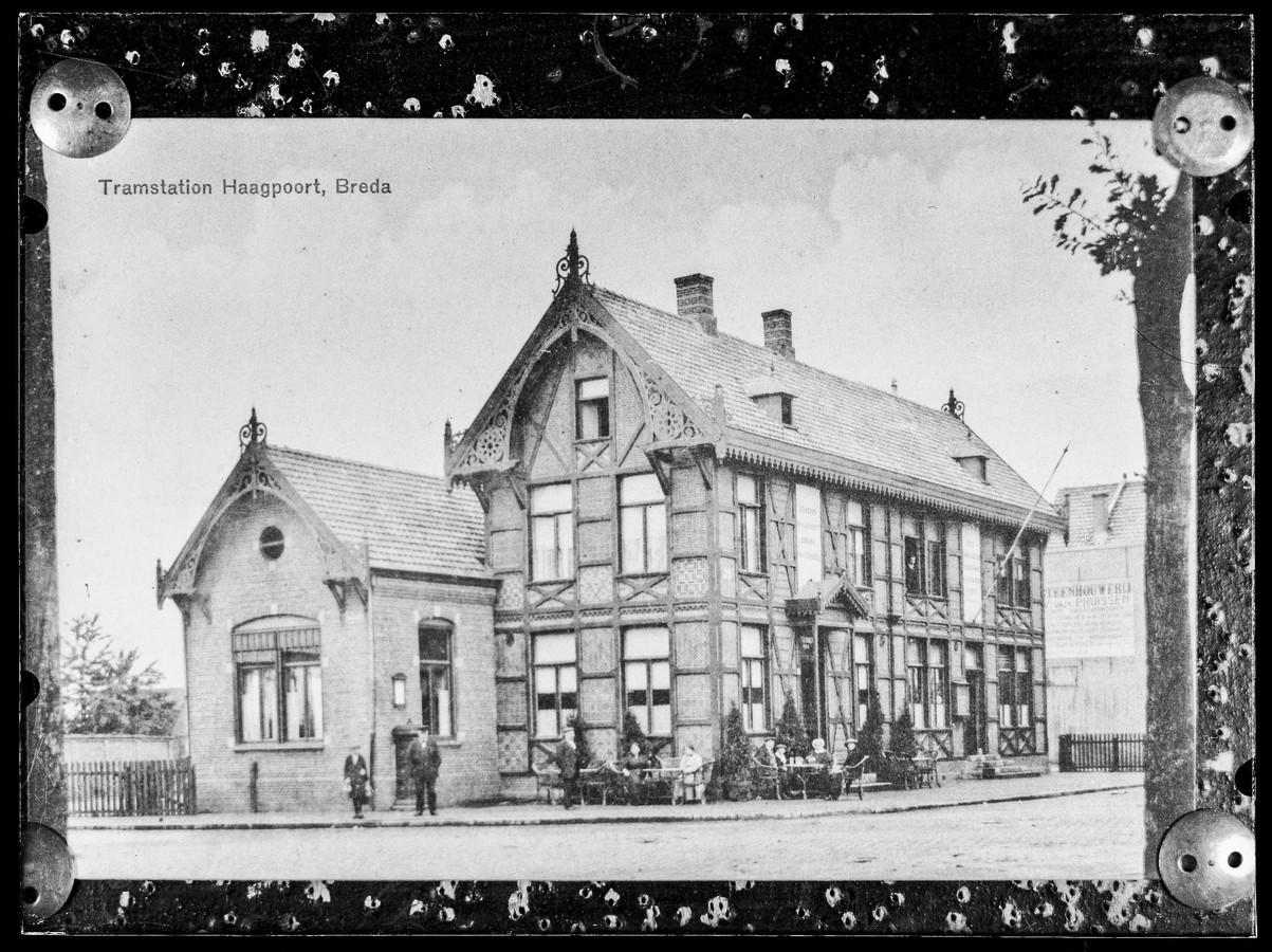 Tramstation Haagpoort van de Zuid-Nederlandsche Stoomtramweg-Maatschappij (ZNSM), gelegen op de hoek met de Haagweg. Datering: rond 1900.