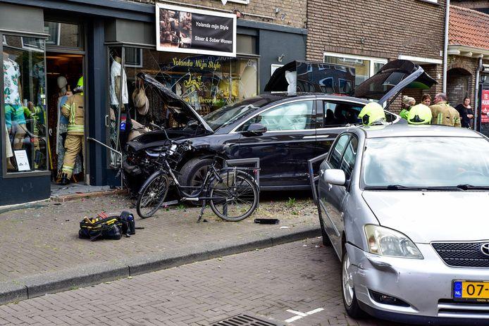 Bij het ongeluk op de Freericksplaats in Rotterdam botste een auto op twee auto's en een winkelpui.