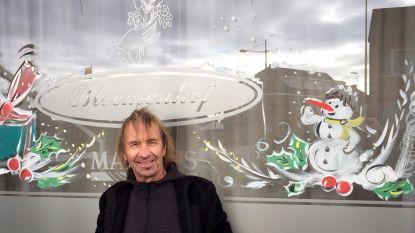 Kersttaferelen schilderen op ramen van cafés in Limburg