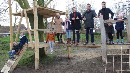 Kinderen spelen 'natuurlijk speelplein' in aan sporthal Flabbaert in Knesselare