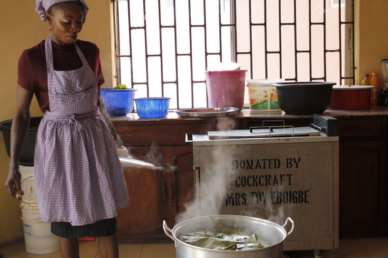 De kookcursus van Oduwa (zelf niet op de foto). Beeld Sarah Haaij