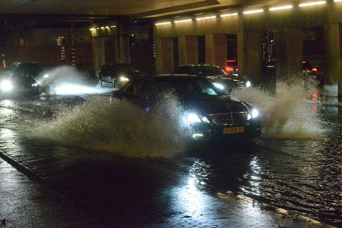 Het was alsof ze in een boot zaten. Automobilisten  die door de Schilderswijk reden, moesten zich gisteren een weg banen door het water.