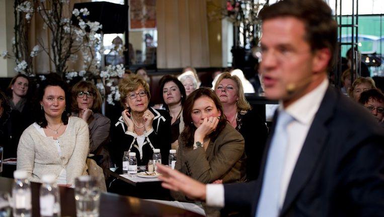Lezeressen van Libelle vragen premier Rutte donderdag het hemd van het lijf tijdens het eerste Libelle Nieuwscafé in Dudok, Den Haag. Het tijdschrift houdt maandelijks een talkshow, waarbij personen uit politiek, media en cultuur in gesprek gaan met lezeressen. Rutte weigerde diezelfde donderdag naar de Kamer te komen voor een onderwijsdebat. Beeld anp