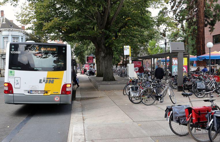 De bushalte in de Warandestraat.