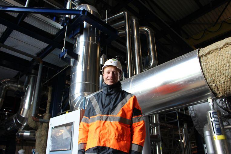 De gloednieuwe energiecentrale A&U in Wielsbeke is zo goed als klaar. Steven Vandenbulcke staat bij de buizen waaruit de stoom richting turbine vertrekt.
