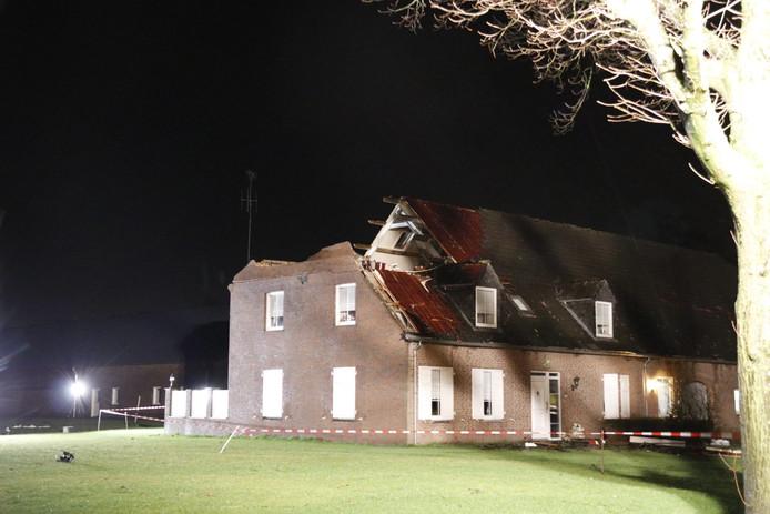Aan de Boekelsebaan in Landhorst is een deel van het dak weggerukt door storm Dennis.
