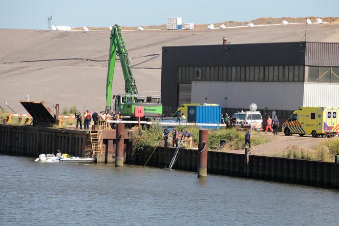 Meerdere personen vielen uit een bootje.